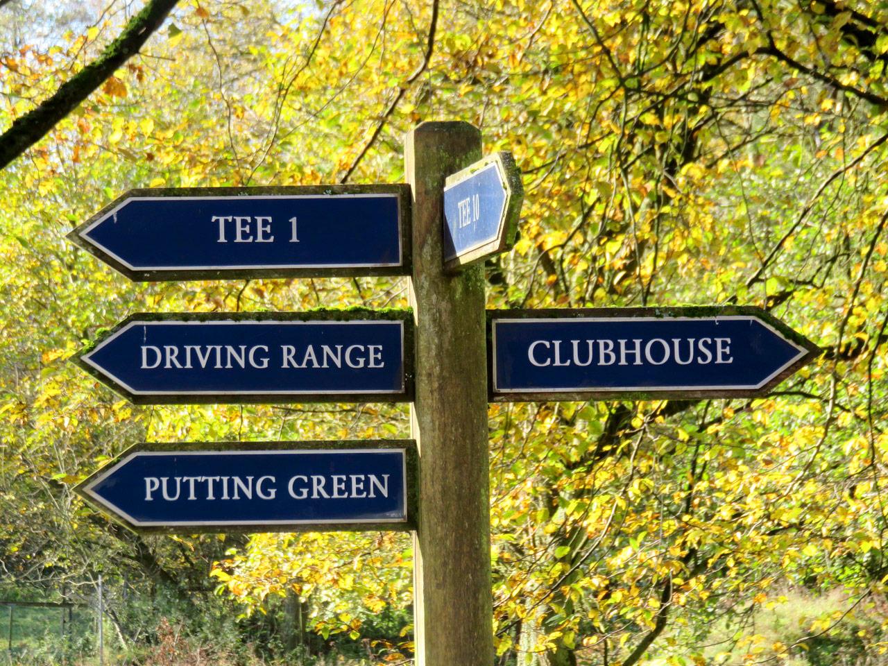 Wegweiser am Golfclub Schaumburg in Obernkirchen